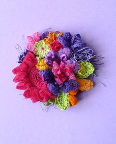 Spilla con fiori in tessuto ed a crochet - also amazing.