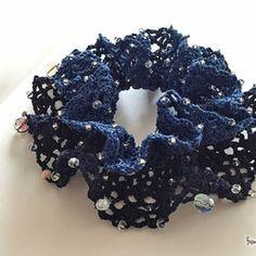 3色のグラデーションカラーを選んでボリューム感のあるシュシュをつくりました。お色は、深海をイメージしたような深いニュアンスあるブルーとブラックでそこにたくさんのビーズを散りばめ大人っぽい雰囲気に仕上がりました。夏の涼しげなブルーとは異なるイメージで秋冬のブルーをお楽しみください。このシュシュは、ゴムの入れ替えができるようにお作りしています。ゴムが伸びてしまったり、切れてしまったりまたシュシュのサイズがお好みの大きさでない場合にもご自分にぴったりくるサイズに調整してぜひ楽しんでいただけたらと思います。●● シュシュ noir : deep sea : <CC-230> ●● 【色】ブルー系×ブラック 【素材】コットン, ビーズ 【サイズ】直径 約11cm