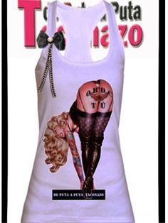 """una pin up muy sexy tatuada, que muestra en su culo un buen mensaje: """" Obedece tú!"""" print cosido en su relieve."""