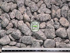 Gletsjer grind is van graniet. Door de exclusieve uitstraling zijn deze soorten grind bij uitstek geschikt om accenten in uw tuin aan te brengen of kleine oppervlaktes onder de aandacht te brengen. Ook voor de toepassing in tuinborders is deze siergrind zeer geschikt.