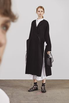 Get inspired and discover Jil Sander trunkshow! Shop the latest Jil Sander collection at Moda Operandi. Fashion 2018, Fashion Week, Women's Fashion Dresses, Runway Fashion, Fashion Show, Avangard Fashion, Minimalist Fashion Women, Minimal Fashion, White Fashion