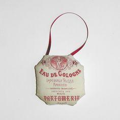 """Joli petit coussin de porte """"Eau de Cologne"""" ; idéal contre une porte de salle de bain."""
