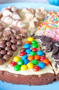 Pizza Brownie: Confectionery Novelty to Rock Your Customers - ♡ Cookie Jar ♡ - Brownie Pizza, Cookie Pizza, Pizza Cookies, Brownie Pops, Chocolate Pizza, Chocolate Desserts, Yummy Treats, Yummy Food, Mini Brownies