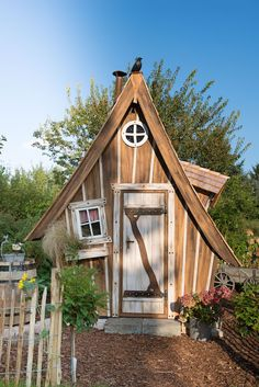 """Hexenhaus """"Lieblingsplatz"""" Unsere Gärten, ob Schrebergarten, Bauerngarten, Vorgarten, oder Küchengarten, sie sind Idyll und Rückzugsort zugleich, denn richtig zelebriert beginnt die Naherholung bereits im eigenen Garten. Entspannung heißt das Zauberwort. Die Gedanken an den Alltag loslassen und zur Ruhe kommen. Eine Kunst, die daheim in stillvoller Atmosphäre meist gelingt.  Tiny houses wooden garden houses"""