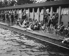 Bagnanti fuori dagli spogliatoi delle piscine all'aria aperta nel quartiere londinese di Chiswick, 16 agosto 1919. (G. Adams/Topical Press Agency/Getty Images)