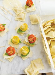 Ravioli, Cherry Tomato, and Parmesan Skewers Recipes Christmas Pasta, Christmas Party Food, Christmas Flowers, Ravioli, Italian Catering, Parmesan, Ricardo Recipe, Skewer Recipes, Skewers