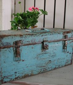 One my favorite things, a vintage metal tool box. I LOVE the color-gorgeous! Old Trunks, Vintage Trunks, Trunks And Chests, Vintage Suitcases, Vintage Metal, Vintage Industrial, Industrial Design, Industrial Interiors, Industrial Office