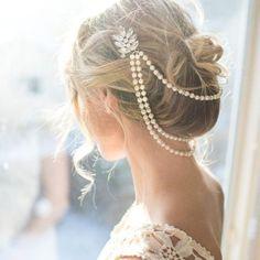 Esta romántica cadena de perlas para el pelo es una pieza que se destacará en una boda de inspiración vintage! Esta bella diadema combina tres líneas de perlas con un broche.