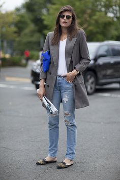 Effortlessly cool and easy – that's all we see in this spot-on jeans'n'blazer combo.