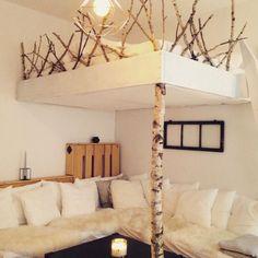 Perfekte DIY-Einrichtungsidee: Super-kreatives Hochbett mit Birkenstamm als Stütze und kleinem Zaun aus Ästen. #DIY #Hochbett