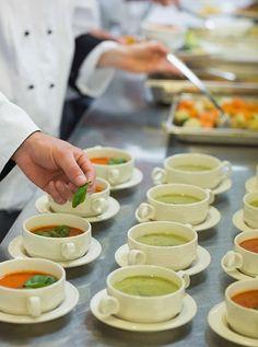 CALDO BÁSICO PARA SOPA  Um caldo saboroso é essencial para uma boa sopa. Veja uma sugestão do chef Pier Paolo Picchi, da Trattoria Rosticceria Picchi