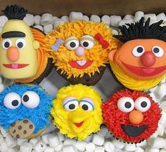 Yarn With Kool Aid In Microwave Easily Sesame Street Pom Poms - This site has the face templates too!Sesame Street Pom Poms - This site has the face templates too! Cupcakes Bonitos, Cupcakes Decorados, Sesame Street Cupcakes, Sesame Street Cake, Sesame Street Cookies, Elmo Birthday, 1st Birthday Parties, Birthday Ideas, Sesame Street Birthday Party Ideas