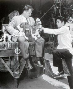 Elvis between take on the movie set Jailhouse rock may/june Here with actor Mickey Shaughnessy Elvis Presley Priscilla, Elvis Presley Movies, Elvis Presley Photos, Elvis Today, Elvis Quotes, Young Elvis, Jailhouse Rock, Fake Pictures, Moving Pictures