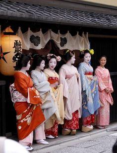 geiko Naokazu, Katsuru, maiko Katsune, Satohana, Satoryu and a shikomi