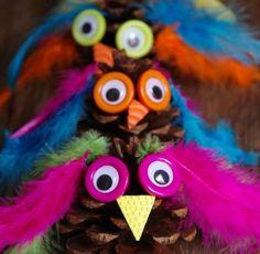 Zapfen Eulen Basteln Federn auch als Bastelei für einen Kindergeburtstag. Are you looking for a fun fall craft? This adorable pinecone craft is easy to make and kids will enjoy creating a variety of owl figures. Pinecone Owls, Pinecone Crafts Kids, Owl Crafts, Fall Crafts For Kids, Thanksgiving Crafts, Toddler Crafts, Crafts To Make, Art For Kids, Arts And Crafts