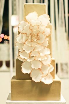 Metallic Gold Wedding Cake - the prettiest gold cake yet! Metallic Cake, Metallic Wedding Cakes, Gold Cake, Elegant Wedding Cakes, Beautiful Wedding Cakes, Gorgeous Cakes, Pretty Cakes, Gold Wedding, Dream Wedding