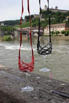 Auf www.frankensouvenirs.de kannst du den coolen leichten Wein Glas Halter  bestellen. To  order the innovative wineglasholder  handsfree portable to go https://www.frankensouvenirs.de/produkte/