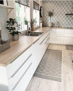 43 Cute And Small Kitchen Design Ideas - Are you stuck with a small kitchen but you have some big ideas? Do you have kitchen envy and you wish that you had the counterspace and floor space th. Kitchen Room Design, Kitchen Cabinet Design, Modern Kitchen Design, Home Decor Kitchen, Interior Design Kitchen, New Kitchen, Home Kitchens, Kitchen Cabinets, Minimal Kitchen