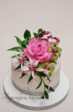 Wedding cake with sugar bouquet Gorgeous Cakes, Pretty Cakes, Cute Cakes, Amazing Cakes, Bolo Floral, Floral Cake, Cake Icing, Cupcake Cakes, Bolo Fake Eva