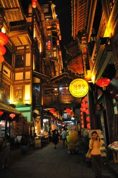 "Chongqing, China -- el famoso restaurante ""Peking Duck"" (el cartel amarillo redondo)"