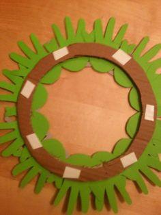 Allez les mamans, une petite déco à faire à partir de la petite mimine de votre bébé ;-) Matériel : feuille cartonnée verte, carton,...