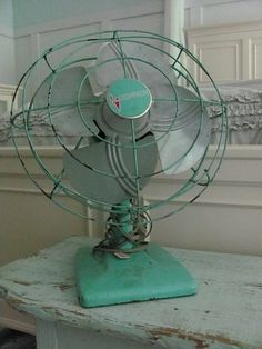 love this turquoise vintage fan Antique Fans, Vintage Fans, Vintage Love, Vintage Antiques, Vintage Stuff, Vintage Industrial, Industrial Style, Old Fan, Electric Fan