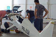 O avião esportivo de 330 quilos batizado de Anequim bateu recorde de velocidade no último mês atingindo 521 km/h entre aeronaves de até 500 quilos. O fato surpreendente nesta notícia é que o projeto foi realizado por 30 alunos da Universidade Federal de Minas Gerais.