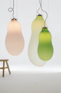 Glazen lampen doen het altijd goed. Ze zijn tijdloos en kunnen in heel veel verschillende interieurstijlen gebruikt worden. Met de Bubble heeft Alex de Witte een glazen hanglamp ontworpen die perfect