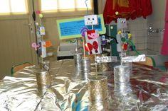 ça y est, nous avons exposé nos robots rigolos! Les robots sont en polystyrène, peints avec un mélange acrylique et encre argentés. Plantés sur un pic à brochette et dans un support boîte de conserve remplie de plâtre, puis décorés avec des punaises,...