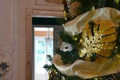 Árbol de Navidad dorado y plateado en casa colonial