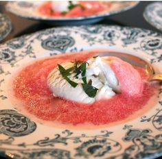 Udover margens med is og jordbær er denne dessert den der minder mig mest om sommer. Det er kold rabarbersuppe med vanillieis og behøver jeg at sige, hvor dejligt det smager? Det er samtidig utroli…