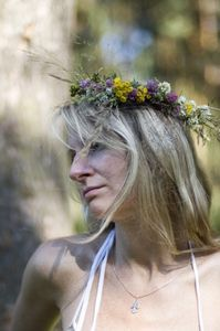 How to Make a Flower Wreath for the Hair thumbnail