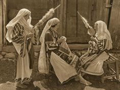 "lisa-rayner: ""(via Folkwear Society) Romanian women wearing traditional linen clothing in the early and spinning with drop spindles; Romania People, Romanian Women, Popular Costumes, My Heritage, Vintage Photographs, Traditional Art, Old Photos, Fiber Art, Folk Art"