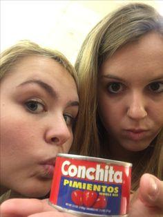 Aquí son Anna y Rose con una lata de pimientos de la marca Conchita.  Conchita es una marca con comidas hispanas pero es situado en los Estados unidos. Conchita produce comida para las comunidades latinoamericanos en los estados unidos y el caribe.