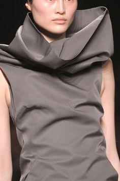 Elegant tailored dress with sculptural collar; fashion details // Gareth Pugh FW12