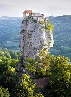 Katskhi Pillar, una iglesia de altura. #travel #georgia #viajar http://escapadafindesemana.org/