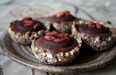 Čokoládové košíčky KORPUSY: 1 šálek lískových oříšků (namočených přes noc) rozmixuje s 1/2 š. rozinek a lžící citr. šťávy a špetkou vanilky. Tvarujeme košíčky  NUGÁTOVÝ KRÉM: 1/2 šálku mandlí (také namočených přes noc), 1/2 šálku sušeného kokosu, 3 PL raw kakaa, 2 PL kokosového cukru - mixujeme do hladka  ČOKO.POLEVA: 2 PL kakaového másla- rozpustíme, 1-2 PL raw kakaa, 2 ČL citronové šťávy, 1 PL kokosového cukru  rozmícháme do hladka s rozpuštěným kakaovým máslem kustovnice na ozdobu