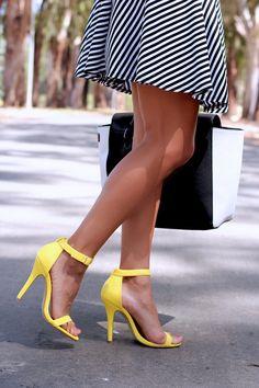 Sandales à talons jaunes et robe à rayures