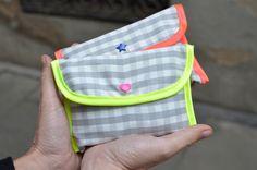 mamemimo: bolsa de mercado con tutorial Craft Tutorials, Sewing Tutorials, Folding Shopping Bags, Pouch, Wallet, Fabric Bags, Sewing Hacks, Sewing Tips, Cloth Bags