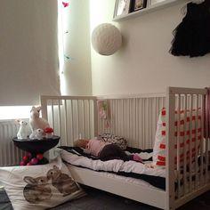 Lilla C blir 14 månader idag och premiärsover i 'nya' sängen (vi har skruvat bort ena sidan på spjälsängen). Det är dämpat med en madrass på golvet, för säkerhetsskull. White baby nursery with touches of black.