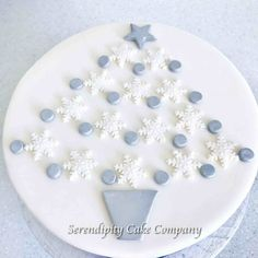 Decorate your Christmas cake with this impressive Silver and White Snowflake Christmas Tree Cake Topper which is designed to look like a Christmas tree Mini Christmas Cakes, Christmas Wedding Cakes, Christmas Cake Designs, Christmas Cake Topper, Christmas Tree Cake, Christmas Cake Decorations, Christmas Baking, Xmas Cakes, Christmas Things