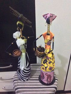 Lindas africanas confeccionadas com canudos. De jornais