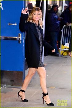 Ellen Pompeo Reveals How She Felt About 'Grey's Anatomy' Lookalike Cast Members for Episode: Photo Ellen Pompeo waves to her fans as she leaves Good Morning America on Thursday (November in New York City. The Grey's Anatomy star was on hand to talk about… Greys Anatomy Spoilers, Greys Anatomy Characters, Greys Anatomy Cast, Meredith Grey's Anatomy, Merideth Grey, Kate Walsh, Grey Anatomy Quotes, Ellen Pompeo, Badass Women