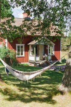 Den gröna färgen på ytterdörren går igen i köket i familjens härliga torp. Swedish Cottage, Red Cottage, Red Houses, Village Houses, Beautiful Homes, Beautiful Places, Sweden House, Summer Cabins, Cabins And Cottages