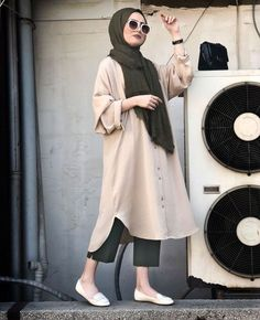 Chic Ways to Wear Tunic For Hijab Outfit Ootd Hijab, Hijab Casual, Hijab Chic, Girl Hijab, Street Hijab Fashion, Abaya Fashion, Hijab Fashion Style, Fashion Muslimah, Fashion Outfits