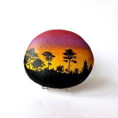 Peinture sur galet, forêt en contre jour au soleil couchant