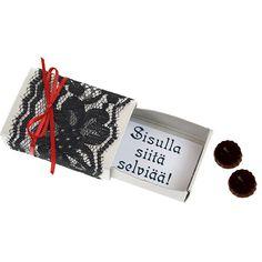 Hääkarkkirasian saat koristeltua nopeasti helmiäistarran, pitsin ja satiininauhan avulla.