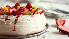 Lehoučký dezert, který se doslova rozplývá na jazyku. Uvařte si kávu avychutnejte si pavlovu! – Tchibo Pavlova, Panna Cotta, Cake, Ethnic Recipes, Food, Dulce De Leche, Kuchen, Essen, Meals