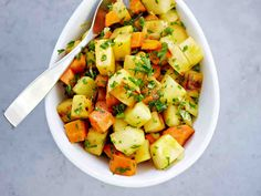 Gremolata-juurekset Cantaloupe, Potato Salad, Potatoes, Fruit, Vegetables, Eat, Ethnic Recipes, Food, Christmas