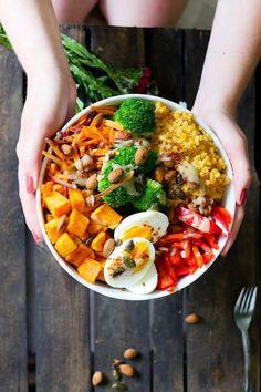 Gesunde und leckere Buddha Bowl mit Sükartoffeln, Brokkoli, Ei, Paprika, Möhren, Linsen und Reis - das perfekte Soulfood für stürmische Herbsttage #buddhabowl #bowlrezepte #gesunderezepte - Gaumenfreundin Foodblog